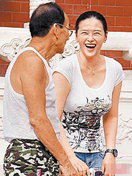 cn    据台湾媒体报道,9月27日下午,艺人萧淑慎素颜,穿t恤牛仔裤现身