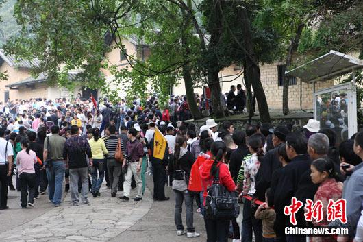 10月1日,韶山毛泽东故居前,参观的游客排起了长队. 万泱...