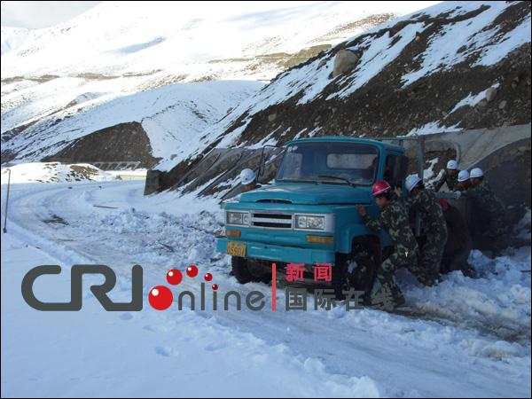 武警交通部队抢通天山大雪阻断道路救助被困群众图片