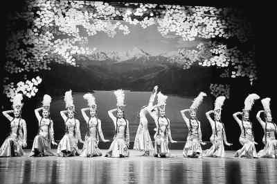 民族音乐和舞蹈歌舞团演员表演哈萨克族女子集体舞《少女的美姿》