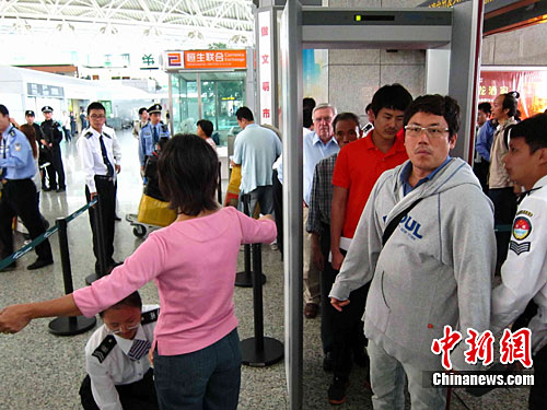 场启动亚运特别安保措施,所有进出机场的人员都需要接受二次安检