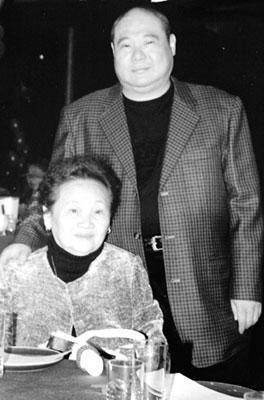 竹联帮嘻哈教主陈功_竹联帮帮主黄少岑和母亲在一起