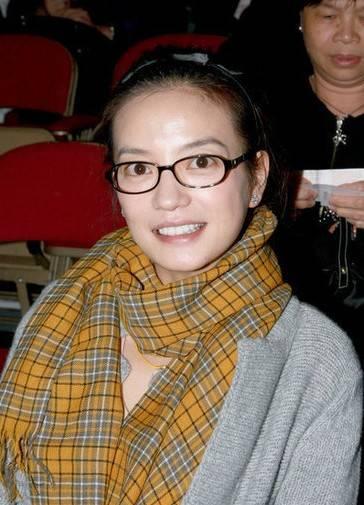 蔡琴演唱会赵薇素颜到场 黑框眼镜格子围巾很潮