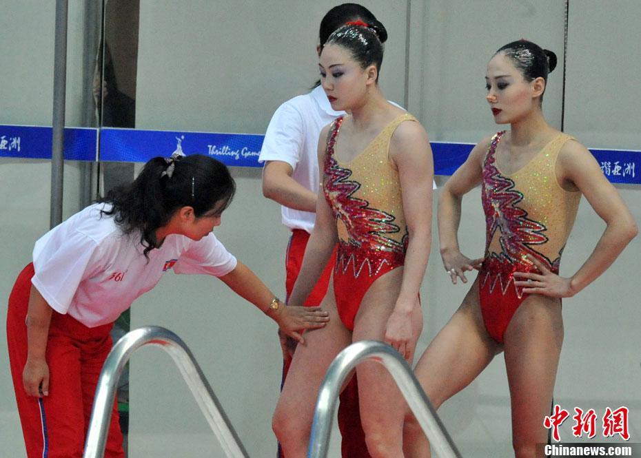 朝鲜美女组合招手答谢满场掌声