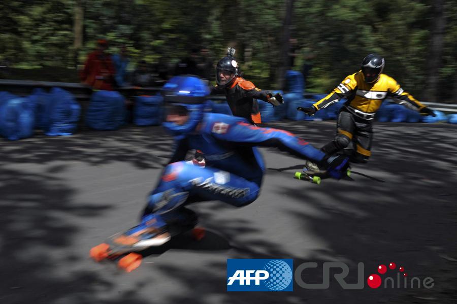 哥伦比亚举办国际滑板速降赛 高清组图