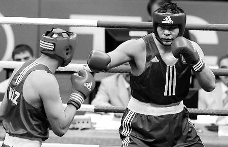 志磊(右)击败哈萨克斯坦选手获得拳击男子91公斤以上级冠军.