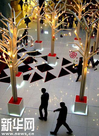 12月9日,用pvc塑料管制作的白色环保圣诞树正在上海市新天地时尚