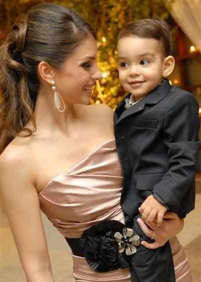 卡卡美妻和儿子卢卡(资料图)