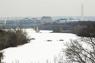 美国首都华盛顿的波多马克河25日不但结冰,冰上还覆盖白雪.