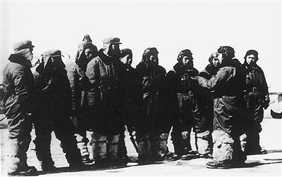"""...朝鲜战争爆发后奉命筹建\""""空军第3驱逐旅\""""并任旅长后又奉..."""