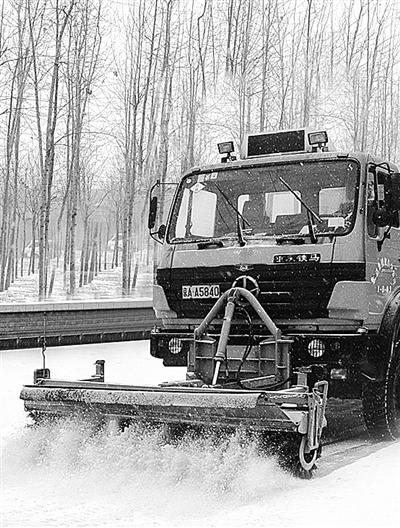 北京道路扫雪车正在除雪.-北京 融雪剂淡出城市除雪图片