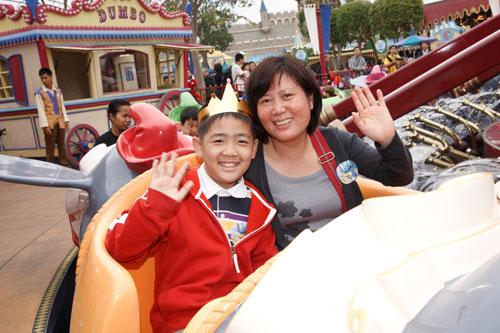 儿童 香港/患病儿童的母亲表示能够跟儿子来到乐园,绝对是他们最愉快的...