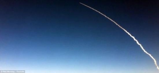 乘客飞机上iphone拍发现号航天飞机最后一次太空发射媒体来源:新浪