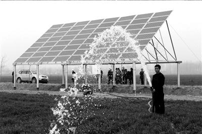 吸收太阳能产生高压直流电,通过控制器转化成动力交流电,推动水泵图片