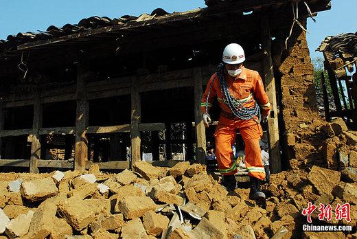 盈江县附近的傣族村寨房屋受损严重,消防官兵全力搜救幸存者.中图片