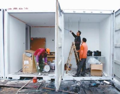 工人们正在对公寓内部进行装修 记者 杨帆 摄图片