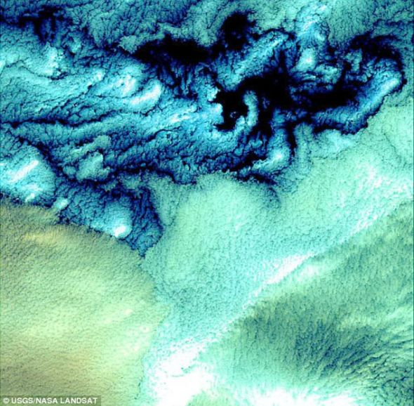 它们的颜色变化可能与形成云团的水珠的大小及温度有关.