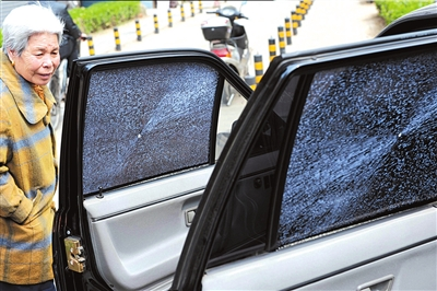 """玻璃基本报废.   """"6块车玻璃全部损坏,都要重新更换.""""东城高清图片"""