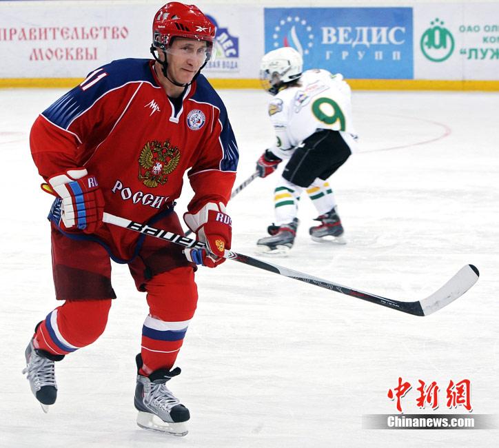...4月15日,俄罗斯莫斯科,总统普京身穿红色冰球服与少年冰球队