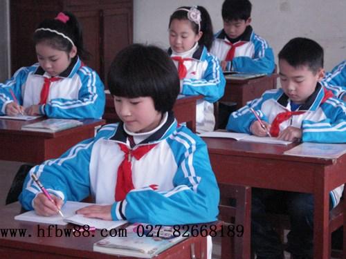 在学生书写过程中,当学生写字姿势不正确,双眼与桌面的距离小于与身高
