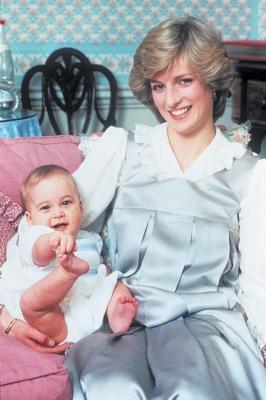 这是婴儿时期的威廉王子和母亲戴安娜王妃的合影.-20亿人将收看王