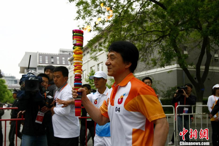 ...念讲堂出发,开始深圳第25届大学生夏季运动会火炬传递.成龙