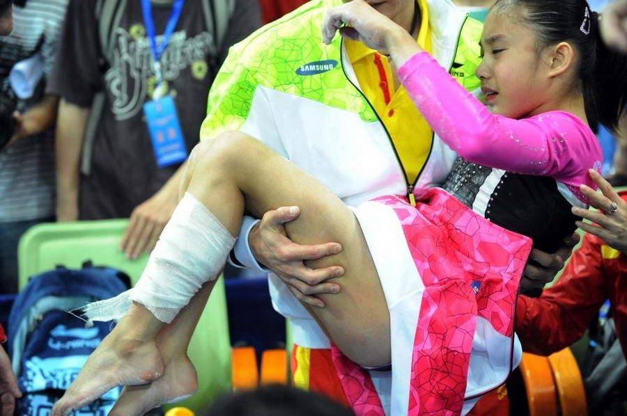 庄锦霖高低杠决赛中掉杠受伤 伤口吓人(高清组图)