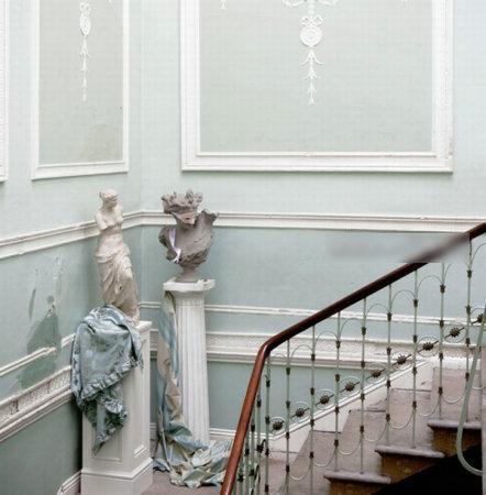 楼梯拐角处,摆放立体雕塑,增添艺术气息,彰显主人品味.