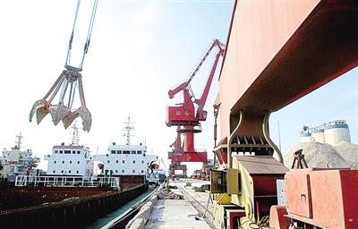 右图 潍坊森达美港散货码头装卸现场.