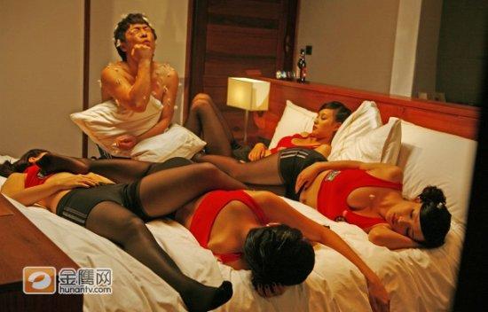 裸体美女的小屄屄_《假装情侣》曝香艳剧照 黄渤受众美女折磨(图)