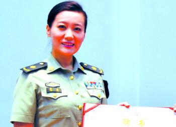 总政歌舞团独唱演员谭晶(上图)颁发了中国(乳山)母爱城市形象