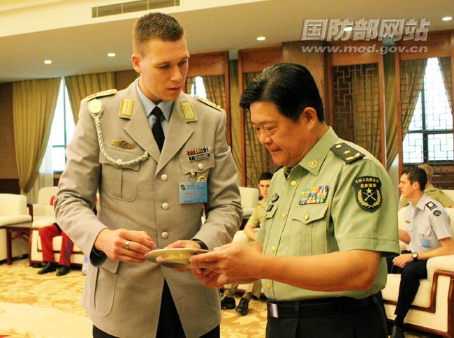 崔馨文/外军学员与中方互赠礼物崔馨文摄