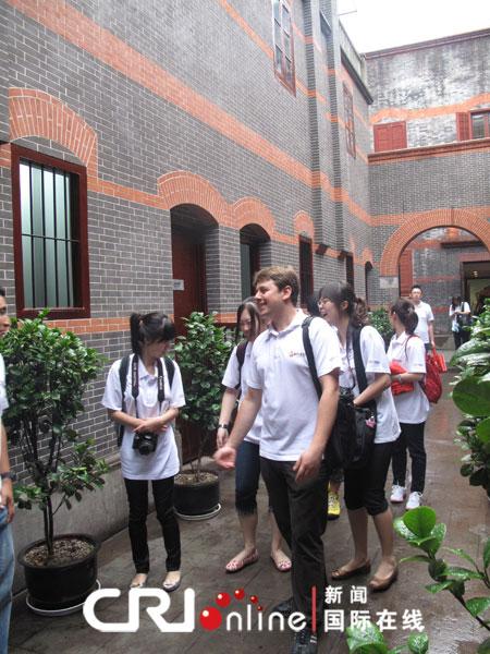 来自中国国际广播电台的外国记者参访中共一大会址,盖魏摄