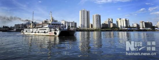 这是从广东徐闻县海安港驶入海口新港的最后一般客滚轮(6月14日摄).