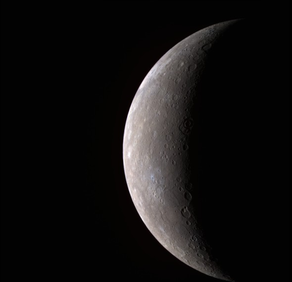 这是美国宇航局信使号探测器回传的首张高分辨率水星图像,图像采用假彩色,使用11个窄带滤光镜获取   新浪科技讯 北京时间6月19日消息,据美国太空网报道,你或许曾在夜空见到过其它太阳系大行星,但是你见到过水星吗?由于水星太靠近太阳,它淹没于太阳的巨大光辉之中,几个世纪以来人们对它的观测少之又少。地面和太空的望远镜如果想对准水星,那就得时时提防太阳的耀眼光芒烧毁设备,而飞向水星的探测器又不得不消耗大量的燃料进行减速,以便防止太阳的巨大引力场将飞船一头拽入万劫不复,还必须使用高技术的隔热罩,防止仪器在高温炙