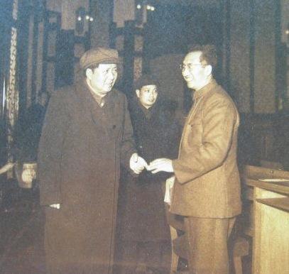 1957年徐向前率中国军工代表团访苏,毛主席与之饯行   本作品为新华