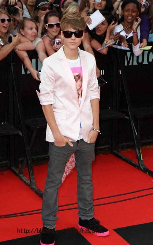 贾斯汀·比伯身穿白色的西装外套,不变的是牛仔裤和厚底鞋子,高清图片