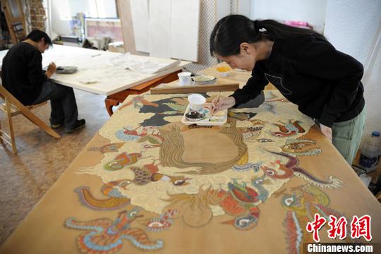 册和绘本.图为德珍在自己的工作室绘画.中新社发 刘震 摄