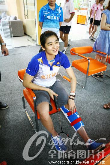 王琳伤后首次露面 传授小朋友羽毛球技艺