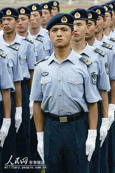 穿着07式空军常服的战士-历数中国空军军服变迁图片