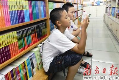 在清远的书店多了不少前来看书的小朋友.