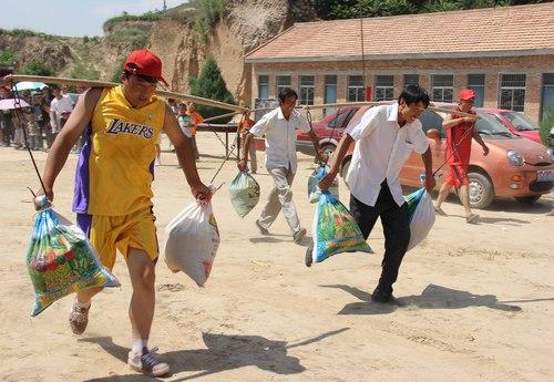 [图文]迎接全民健身日 甘肃农运会比赛挑担百米跑