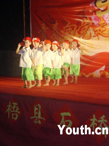 幼儿园孩子演出的舞蹈《炫酷男孩》