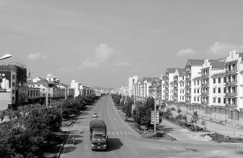 """林立/近年来,鹿寨县以""""把鹿寨建设成为广西县城建设的典范""""为目标..."""