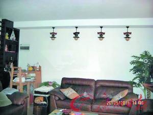 就餐区,用竖向木条装饰墙,看起来是竹排诗句,高雅而美观.   高清图片