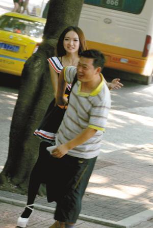美女模特街头找人握手 组织者称测温情冷暖