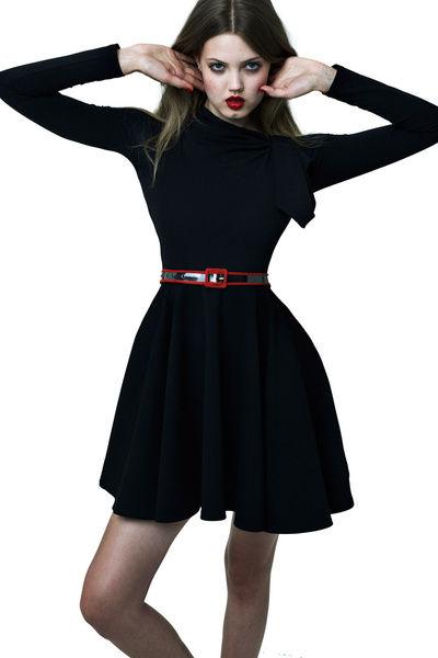 黑色长袖连衣裙领部细节是亮点