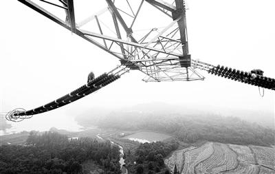 施工人员在50米高空安装输电铁塔附件