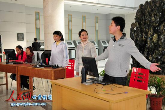 兰州市盲聋哑学校的学生在表演小品.(  摄) -甘肃省图书馆邀盲人共
