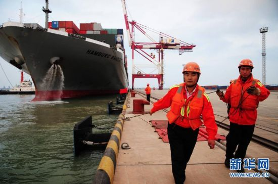 山东青岛海域外轮相撞事故肇事集装箱货轮停靠青岛港接受调查